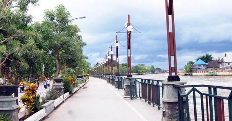 Pesona Wisata Banjarmasin Taman Siring Siang Hari Jpg Sungai Martapura