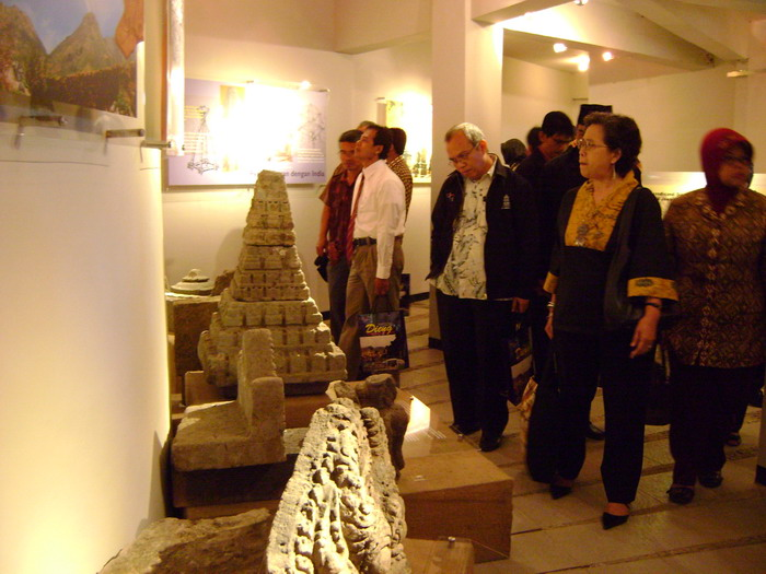 Melihat Dieng Melalui Museum Kaliasa Banyumasnews Pengunjung Tengah Memperhatian Bebatuan