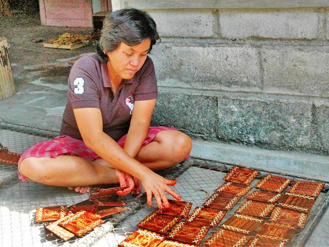 Melihat Lebih Dekat Proses Pembuatan Batik Kayu Desa Wisata Krebet