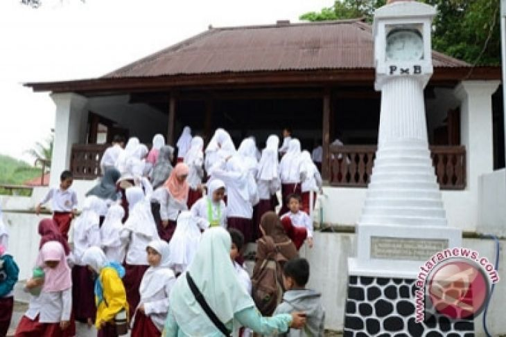 Makam Raja Imogiri Ramai Dikunjungi Wisatawan Antara News Pengunjung Menunggu