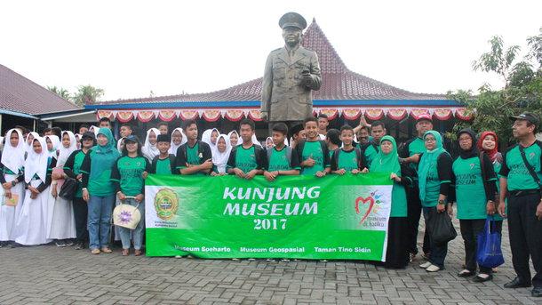 Kunjung Museum 2017 Disbud Peserta Berpose Bersama Halaman Soeharto Foto