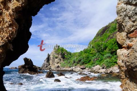 Pantai Watu Bolong Gunungkidul Batu Unik Samping Pemandangan Berlubang Lumbung