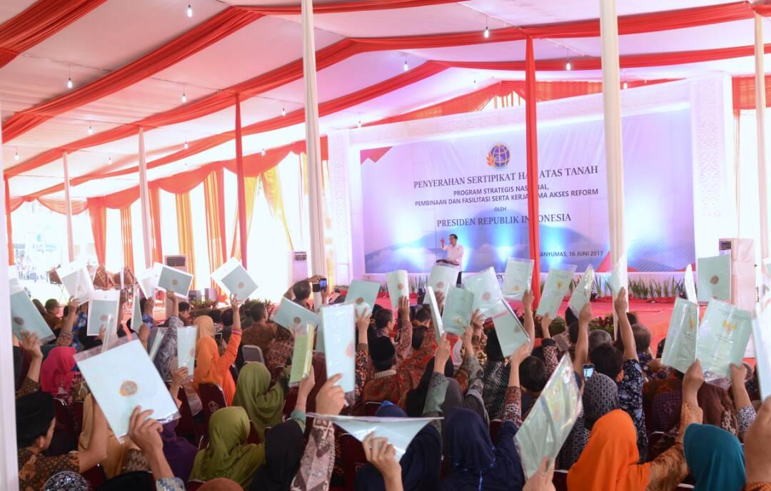 Presiden Serahkan 2 187 Sertifikat Tanah Banyumas Foto Jokowi Menyerahkan