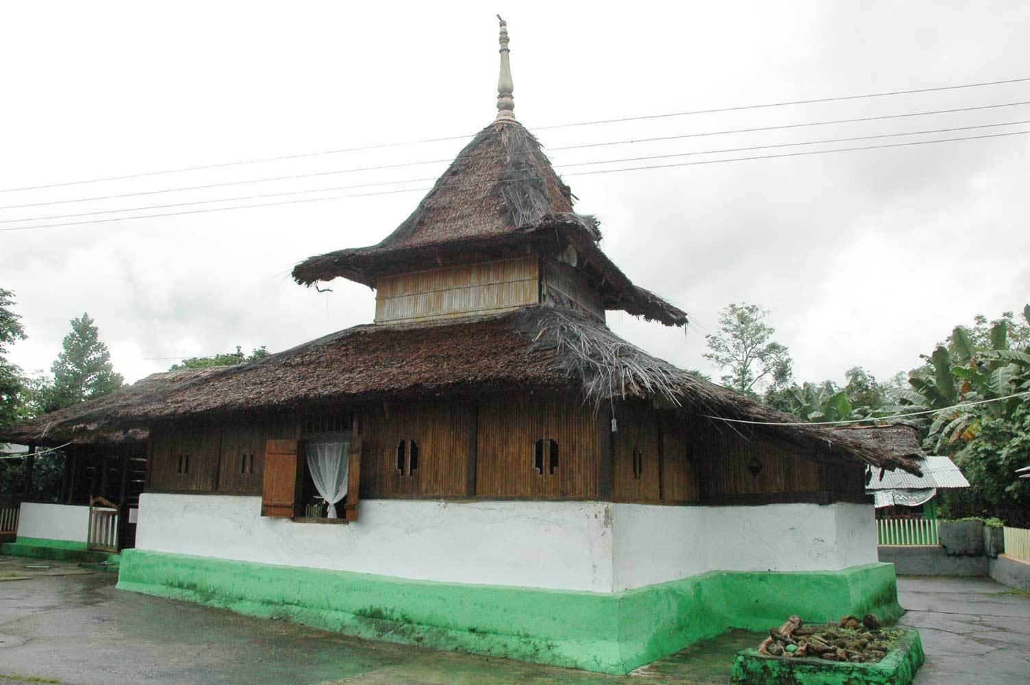 9 Masjid Tertua Indonesia Bersejarah Saka Tunggal Berdiri Sebelum Walisongo