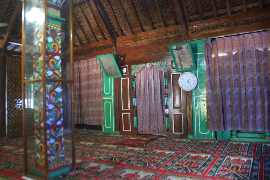 Bercengkrama Kera Masjid Saka Tunggal Baitussalam Travelklik Prasati Tertulis Tiang