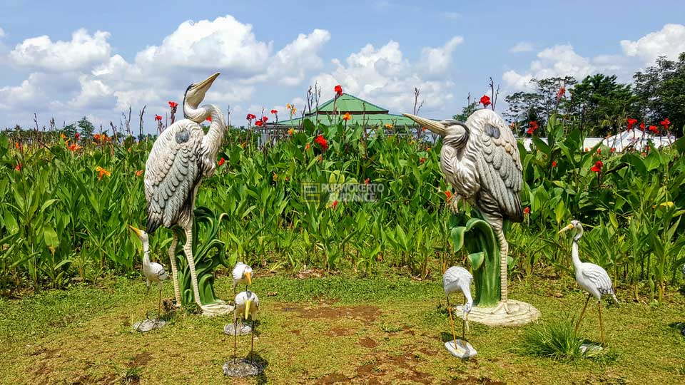 Taman Miniatur Dunia Small World Purwokerto Guidance Berupa Bunga Patung
