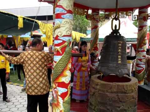 Mendentangkan Lonceng Setelah Bedug Tertabuh Kelenteng Hoo Tong Bio Banyuwangi