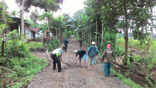 Perbaiki Jalan Rusak Anggota Polsek Kalipuro Kompak Bersama Warga Polres