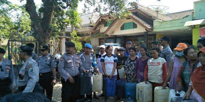 Polres Banyuwangi Bantu 9000 Liter Air Bersih Masyarakat Desa Sidowangi