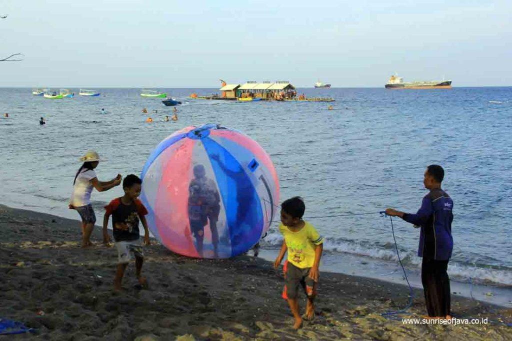 Pantai Bangsring Wisata Rumah Apungnya Banyuwangi Tour Wahana Bola Air