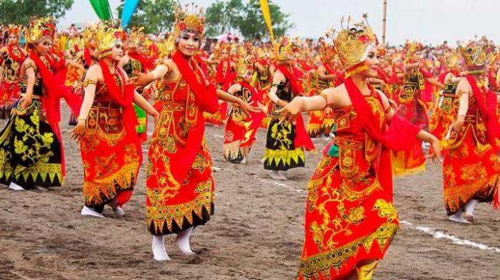 Bulan 1 200 Gadis Menari Pantai Boom Banyuwangi Kab