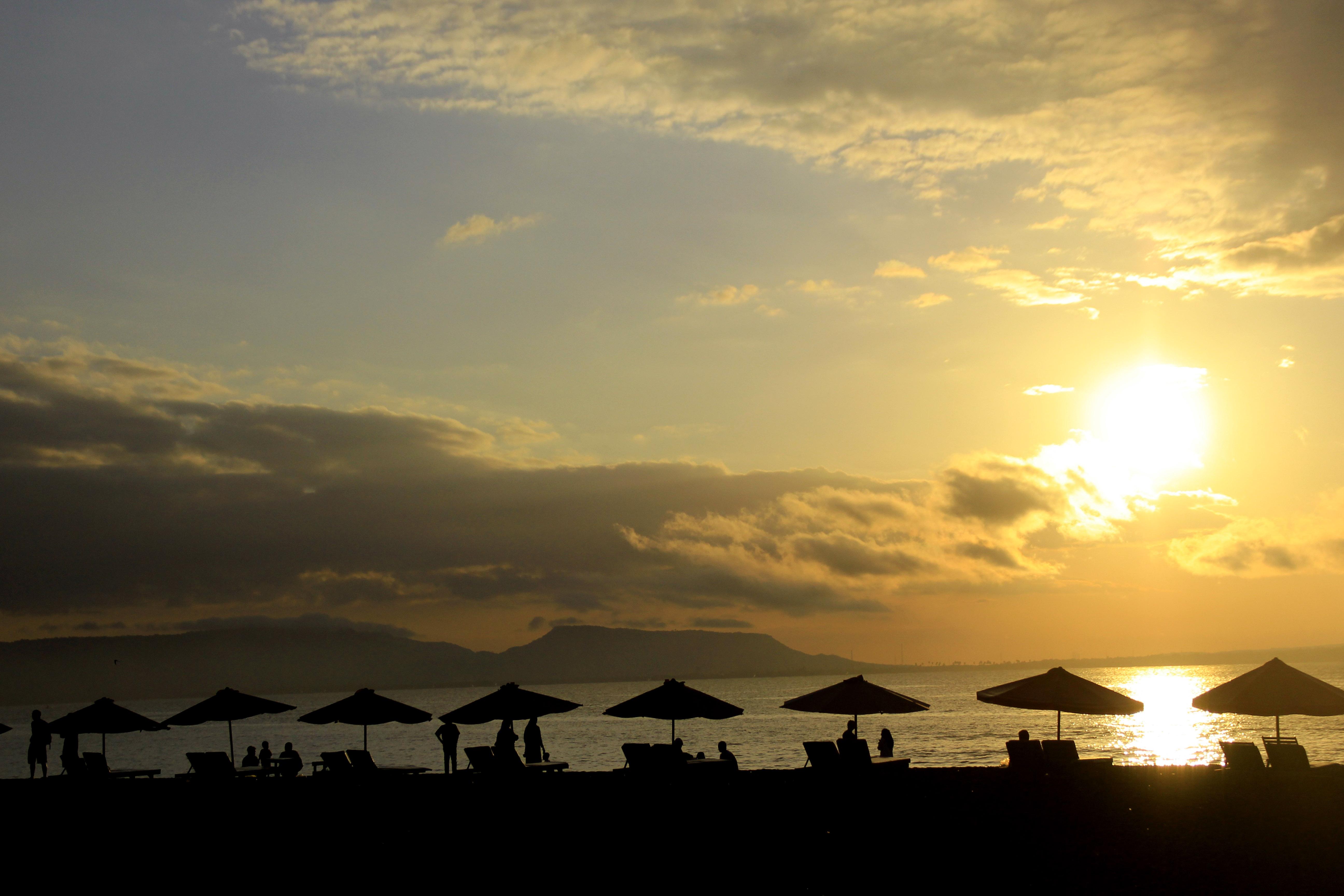 Matahari Terbit Pantai Boom Banyuwangi Berita Daerah Wisatawan Menikmati Jawa