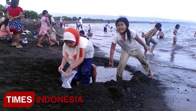 Pantai Boom Ditutup Cacalan Berkah Times Banyuwangi Pengunjung Asyik Bermain