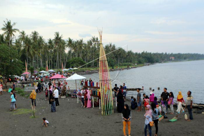 Pantai Cacalan Banyuwangi Antara Foto Wisatawan Mengunjungi Jawa Timur Minggu