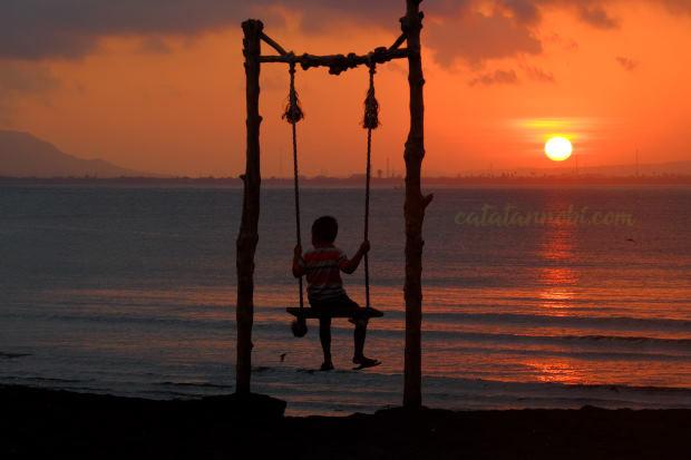Pantai Cacalan Banyuwangi Spot Menikmati Sunrise Ayunan Ala Gili Trawangan