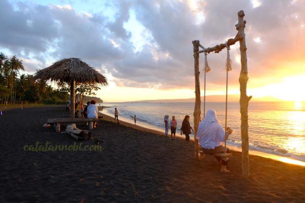 Pantai Cacalan Banyuwangi Spot Menikmati Sunrise Pagi Pas Weekend Ramai