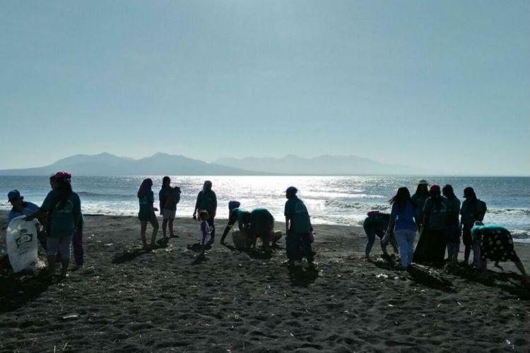 Banyuwangi Merdeka Warga Gotong Royong Bersihkan Sampah Pantai Cemara Kab