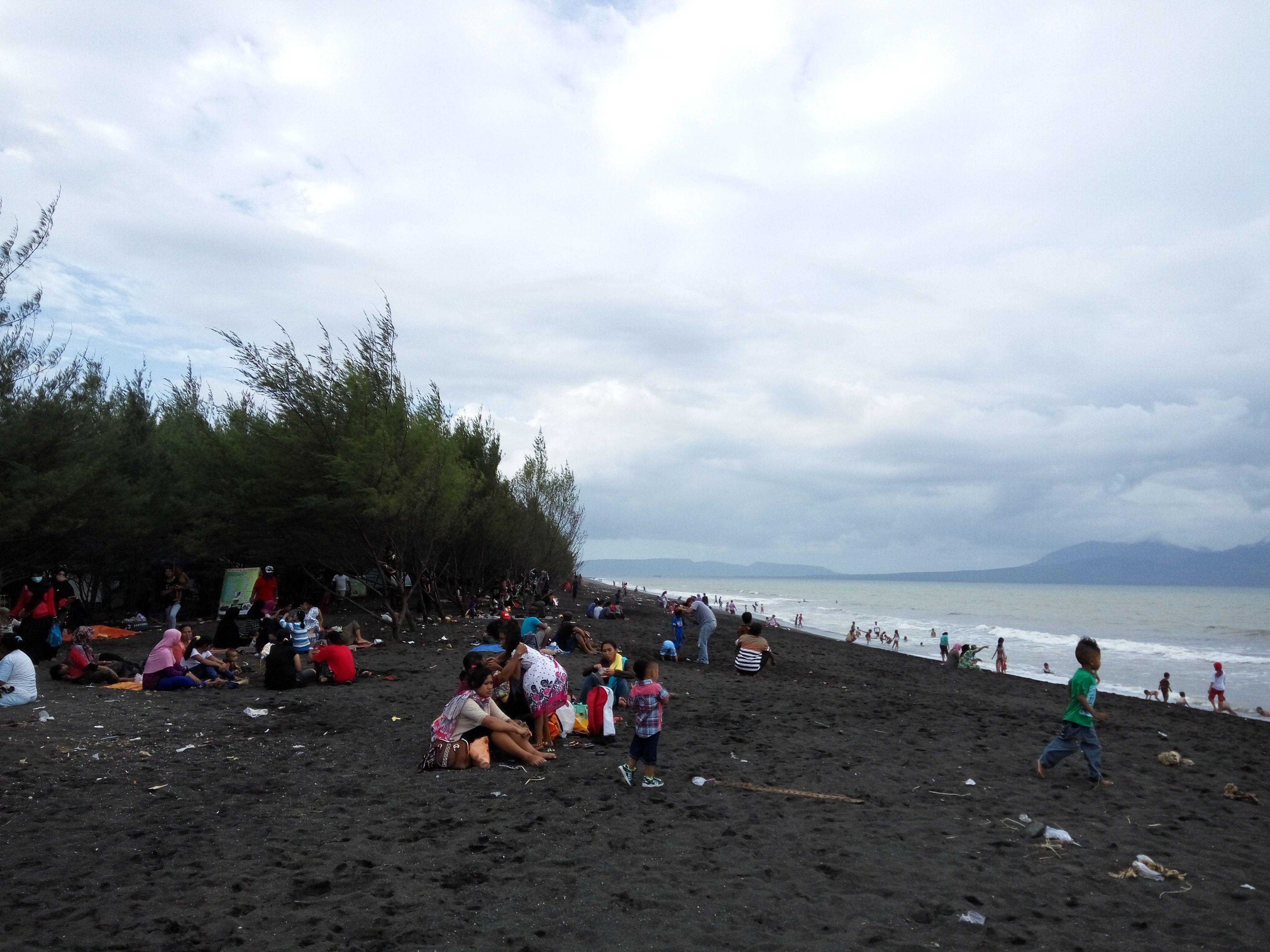 Hari Terakhir Liburan Pantai Cemara Banyuwangi Dipadati Pengunjung Foto Suasana