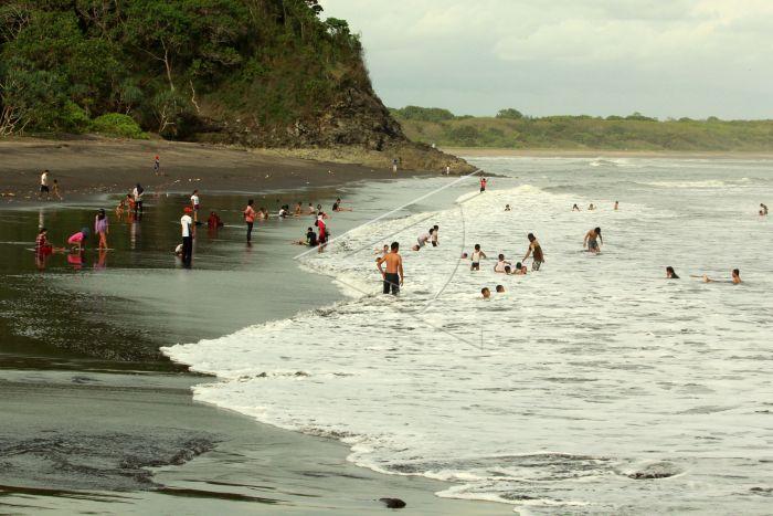 Wisata Pantai Grajakan Banyuwangi Antara Foto Sejumlah Wisatawan Bermain Grajagan
