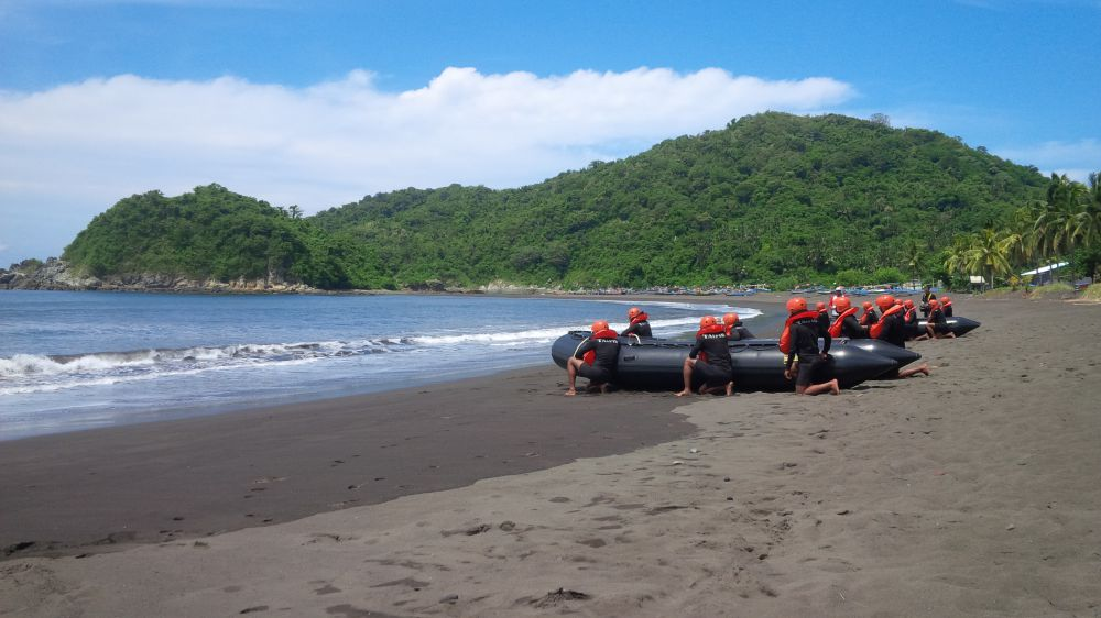 32 Calon Pasukan Khusus Praktik Tempur Pantai Lampon Banyuwangi Selama