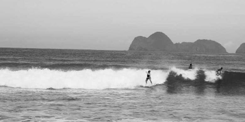 Menguji Adrenalin Deburan Ombak Pulau Merah Kompas Kawasan Wisata Kecamatan