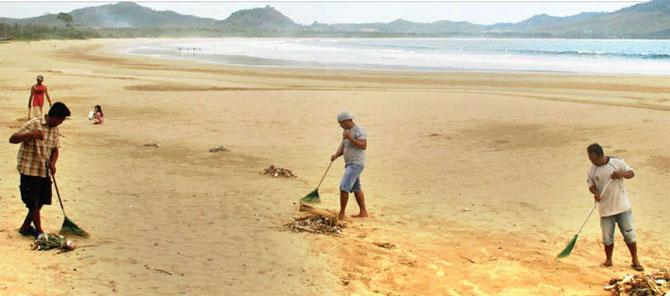 Sampah Bertebaran Pantai Mustika Banyuwangi Sunrise Java Sejumlah Pengelola Wisata
