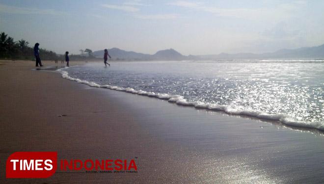 Sensasi Langkahkan Kaki Pasir Emas Datangi Pantai Mustika Jadi Wahana
