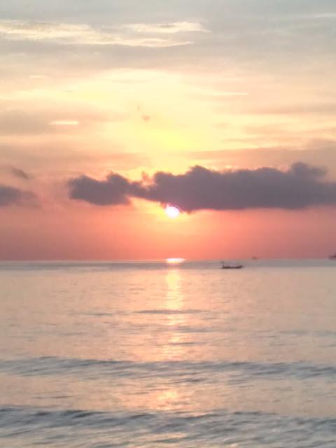Palu Kuning Underrated Beach Banyuwangi Kapal Nelayan Ditengah Sunrise Pantai