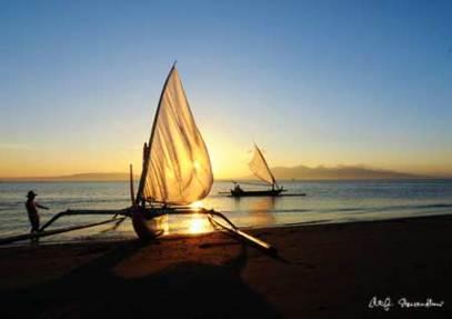 Pesona Pantai Boom Banyuwangi Berpasir Hitam Palu Kuning Kab