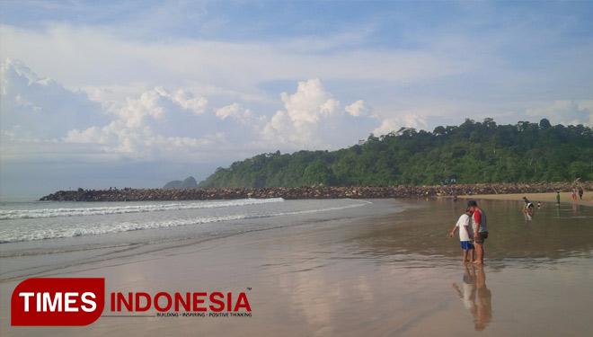 Sensasi Langkahkan Kaki Pasir Emas Datangi Pantai Mustika 2ze10q Jpg
