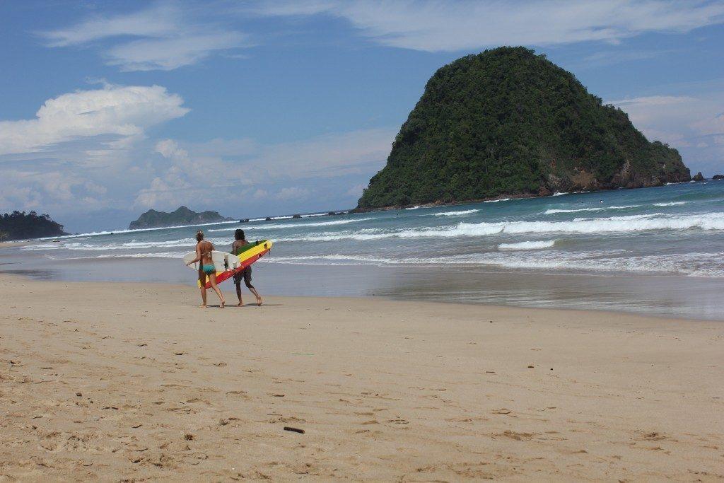 Limakaki Pantai Banyuwangi Memiliki Ombak Besar Keindahan Plengkung Parang Ireng