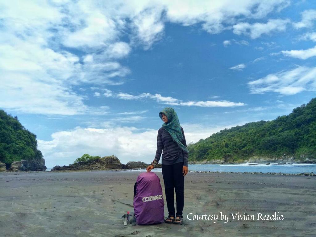 Pantai Lampon Banyuwangi Indahnya Black Sand Tebing Karang Parang Ireng