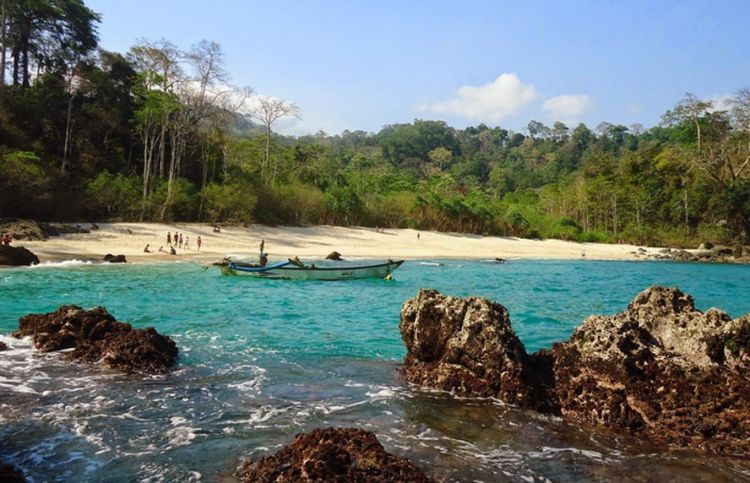 Pantai Teluk Hijau 750x483 Media Pomosi Tempat Wisata Kuliner 750