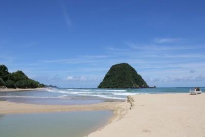 Pantai Pulau Merah Banyuwangi Kembali Bersih Setelah Sempat Keruh Imbas