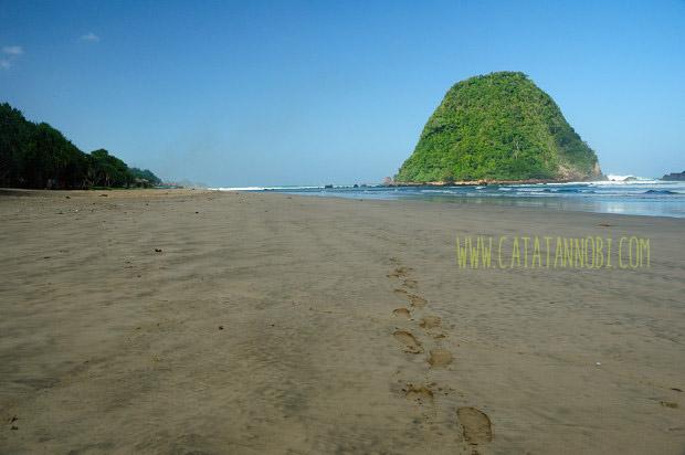 Pantai Pulau Merah Red Island Destinasi Wajib Kabupaten Banyuwangi Kab