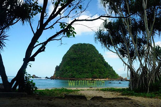 Pantai Pulau Merah Red Island Destinasi Wajib Kabupaten Dikelola Oleh