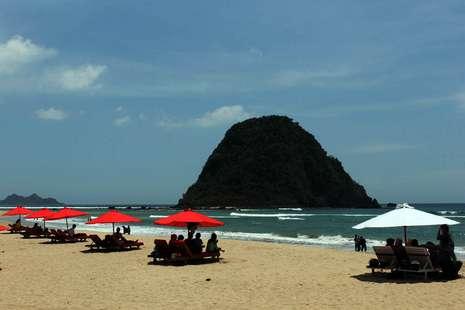 Wisata Pantai Pulau Merah Banyuwangi Paket Bromo Tour Murah Kab