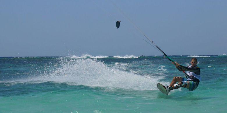 Alasan Pulau Tabuhan Jadi Surga Penggemar Kite Surfing Atlet Meluncur