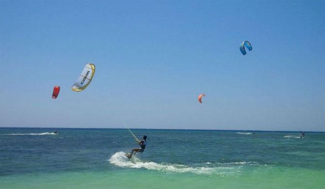 Kecepatan Angin Pulau Tabuhan Jadi Primadona Atlet Kite Surfing Merdeka