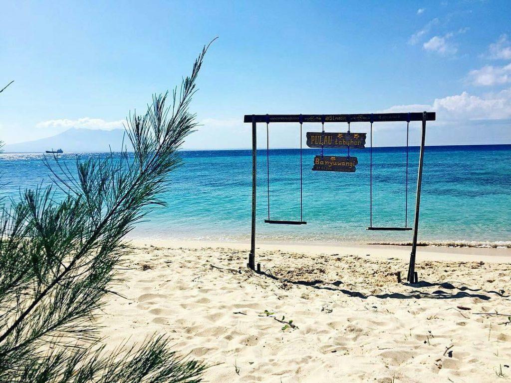 Pulau Tabuhan Banyuwangi Menikmati Panorama Gradasi Laut Tak Berombak Tengah