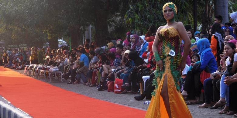 Banyuwangi Gelar Fashion Batik Trotoar Kompas Salah Satu Model Membawakan