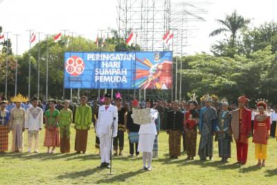 Berpakaian Adat Nusantara Pemuda Banyuwangi Semarakkan Suasana Peringatan Sumpah Taman