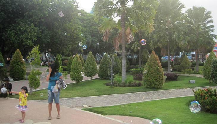 Taman Blambangan Masjid Agung Banyuwangi Alam Warga Memanfaatkan Hijau Alun