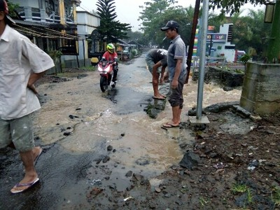 Warga Keluhkan Luapan Air Besar Sebabkan Jalan Hotmix Ambrol Umbul