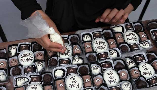 Jelang Valentine Pengunjung Kampung Coklat Blitar Melonjak Pekerja Menyelesaikan Pembuatan