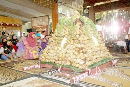 Warga Berebut Ketupat Wisata Kampung Coklat Harian Bhirawa Online Pengunjung