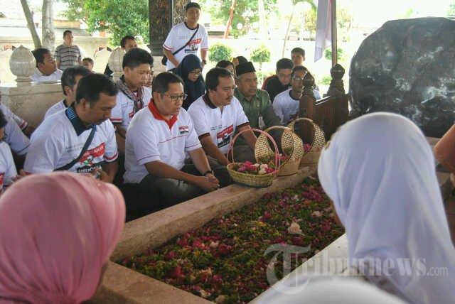 Anas Pasek Makam Bung Karno Foto 2 752421 Tribunnews 20130826