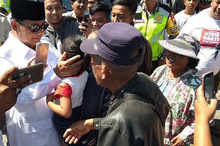 Makam Bung Karno Prabowo Disambut Relawan Berkaus Sejumlah Mengenakan Kaus