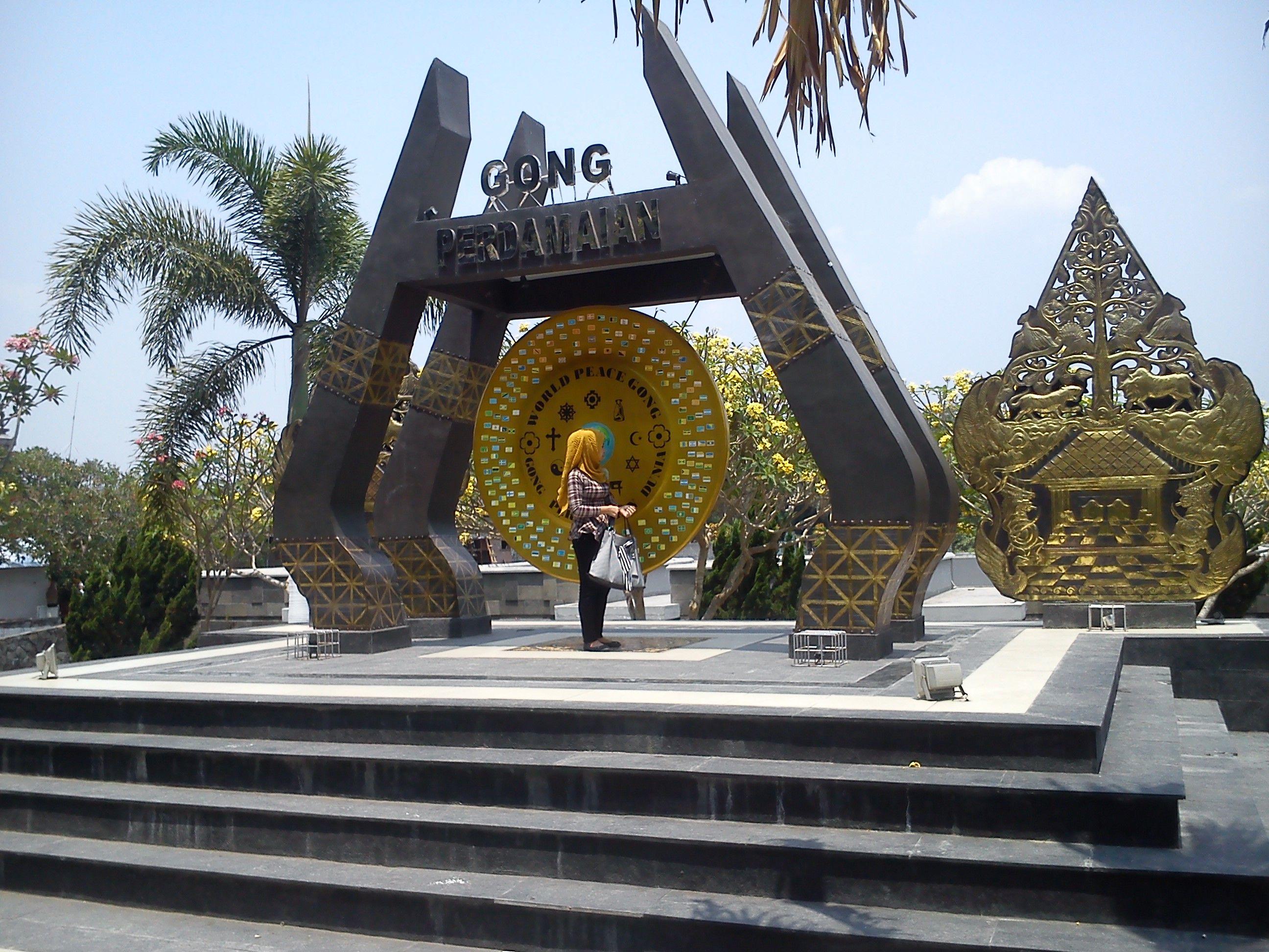 Gong Perdamaian Dunia Kompleks Perpustakaan Makam Bung Karno Blitar Monumen