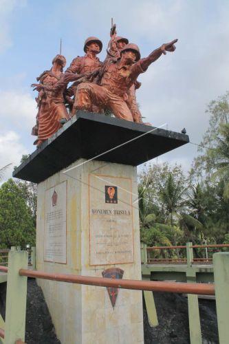 Wisata Monumen Trisula Antara Foto Pengunjung Mengamati Desa Bakung Kecamatan